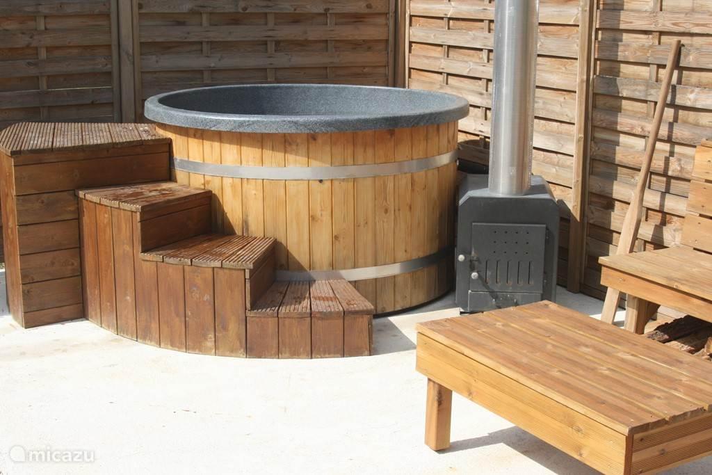 6 persoons hot tub met ombouw, hout kachel en filterinstallatie