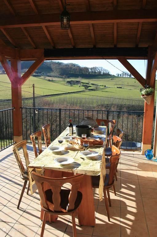 overdekt terras waar u heerlijk kunt ontbijten en of dineren
