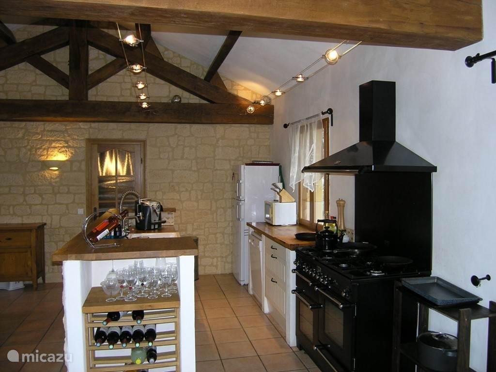 keuken met  6 pits gasfornuis en 3 ovens