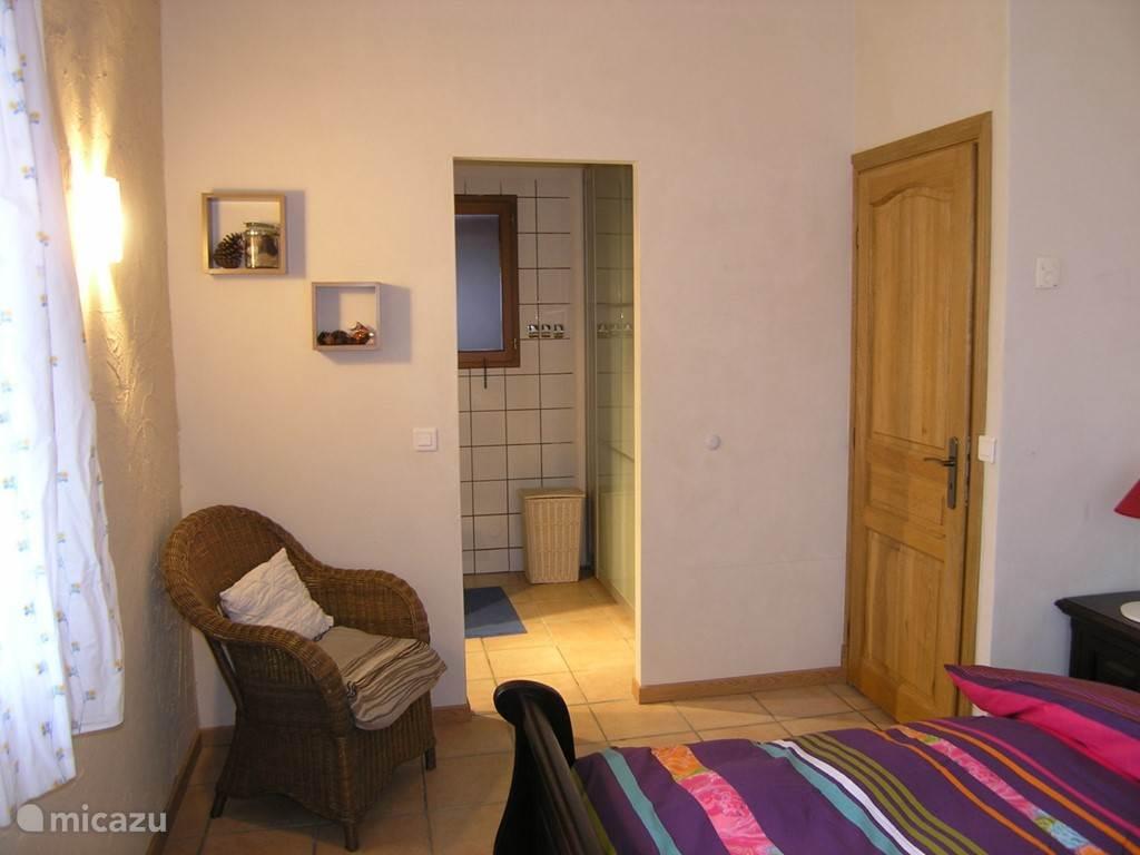 slaapkamer bovenverdieping met douche en wastafel