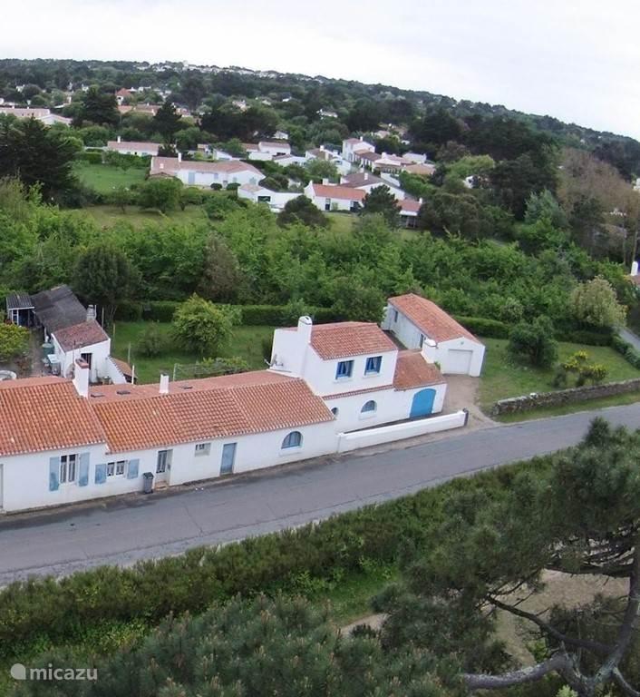 Luchtfoto van huis en tuin in zuidelijke richting