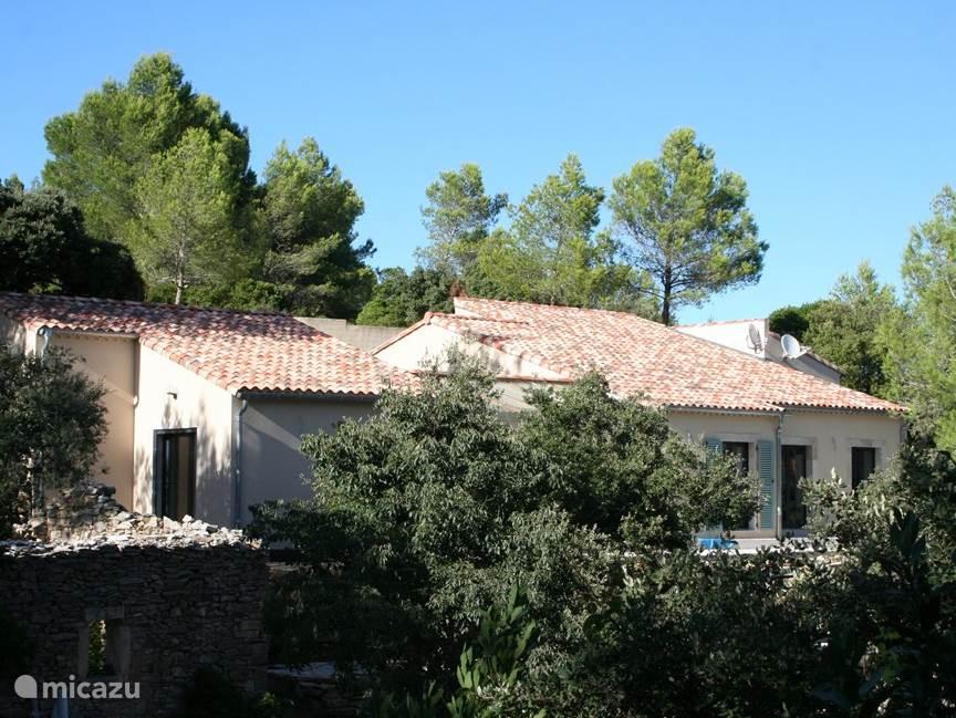 Schitterende nieuwe luxe villa met 2 woonkamers, 5 slaapkamers, 4 badkamers en grote serre.