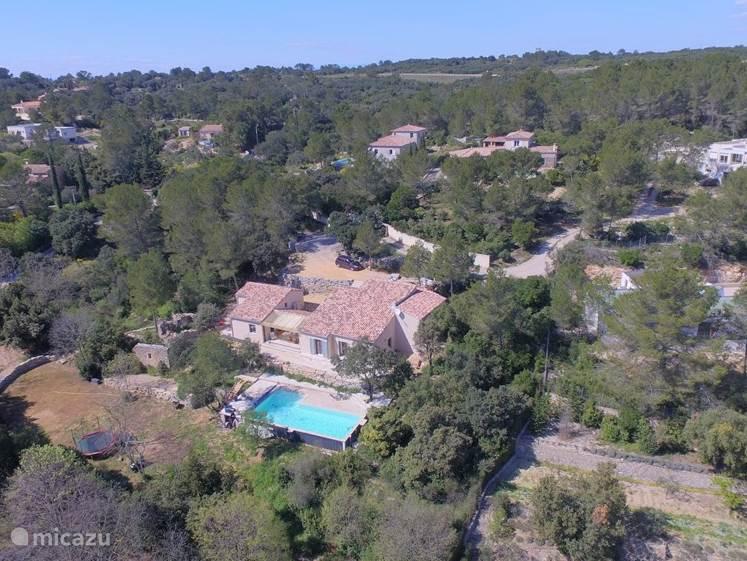 In de mooiste villawijk van Nimes, op slechts 4 km van het centrum van deze geliefde romeinse stad, ligt deze weergaloos mooie villa.
