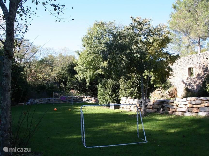 In de tuin van 3000 m2 is er een grasveld met 2 doelen en grote trampoline.