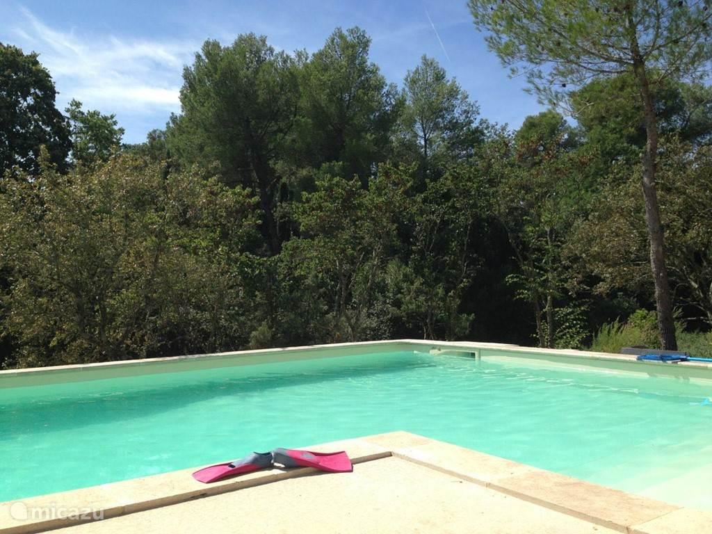 In het zwembad van 12 x 5 m kunt u heerlijk banen trekken.