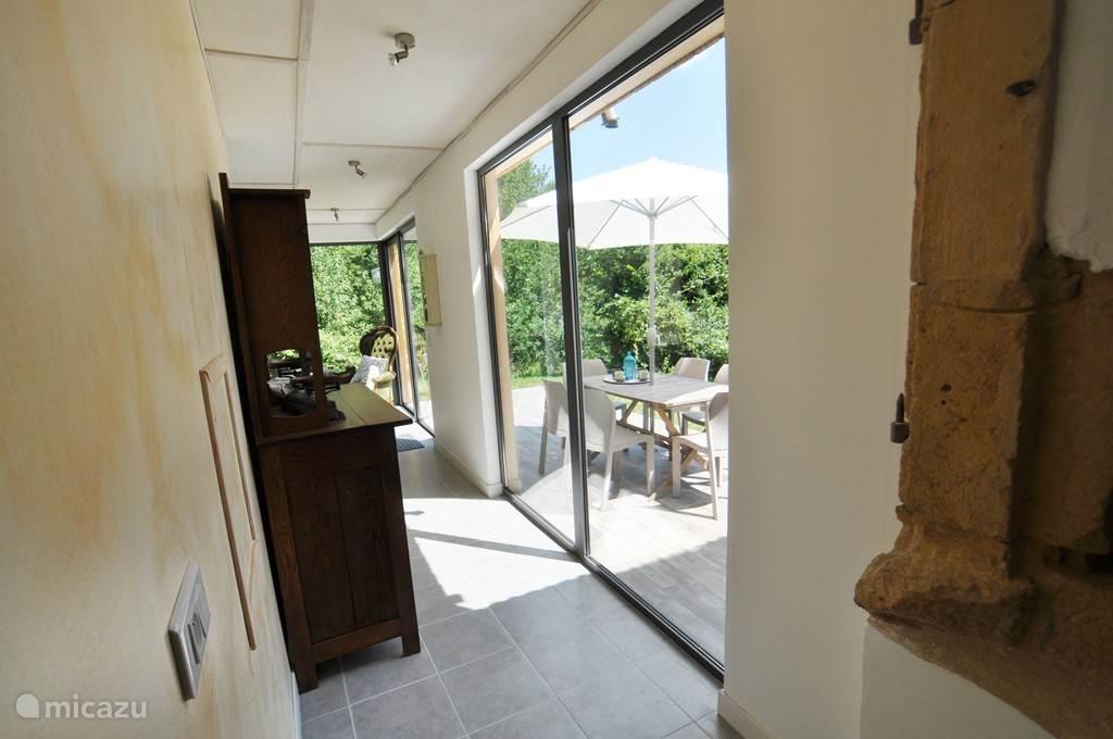 Vanuit keuken naar woonkamer met rechts terras