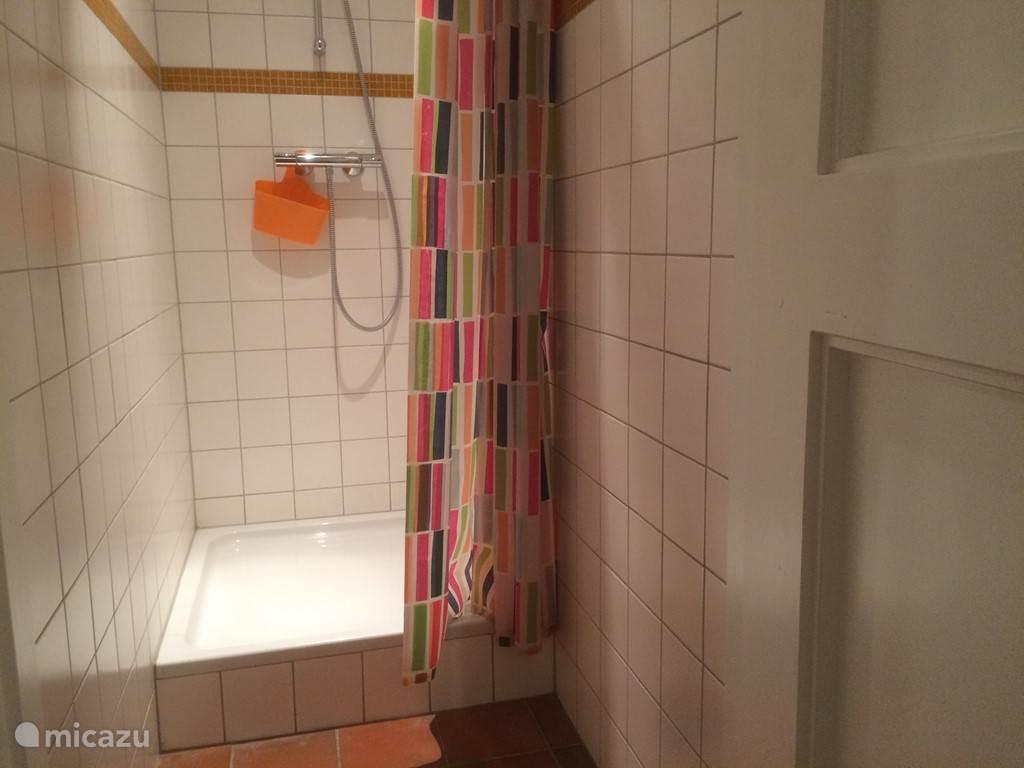 een van de twee douches
