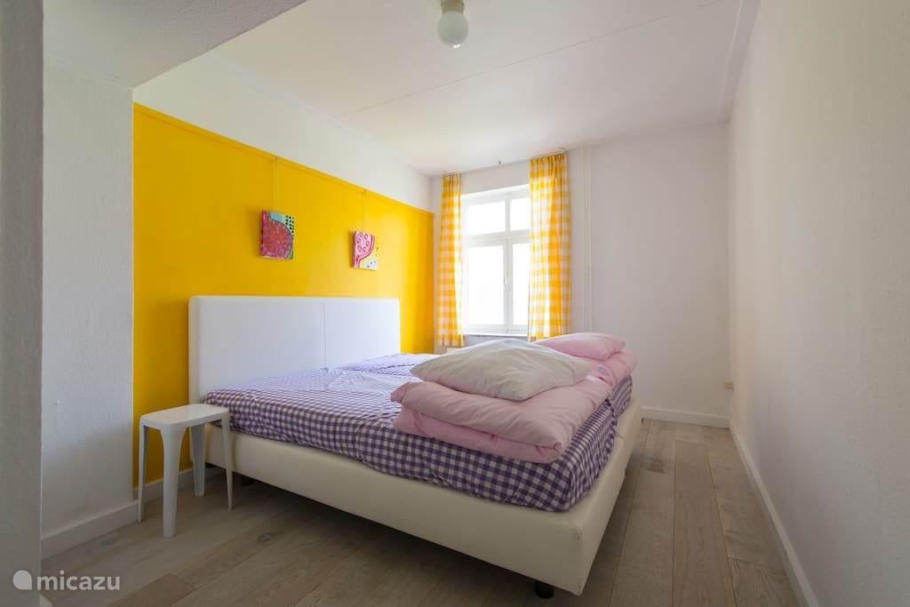 een van de vijf slaapkamers, allemaal met zelfde Auping Boxsprings , alle 5 met koud water wasbak en een kast.