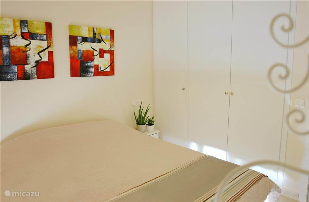 2 slaapkamers bestaan uit 2x1 persoonsbed. 1 slaapkamer heeft een stapelbed. In 1 slaapkamer is een kluisje aanwezig. 2 slaapkamers hebben ingebouwde kasten. Alle kamers beschikken over airco/verwarming