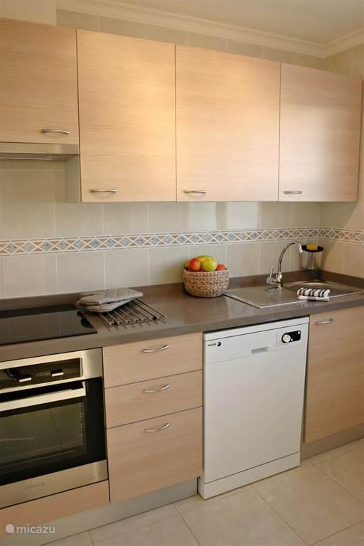 De keuken is volledig uitgerust. Oven, kookfornuis, grote koelkast, diepvries, magnetron, vaatwas, broodrooster, koffiezet, plancha....