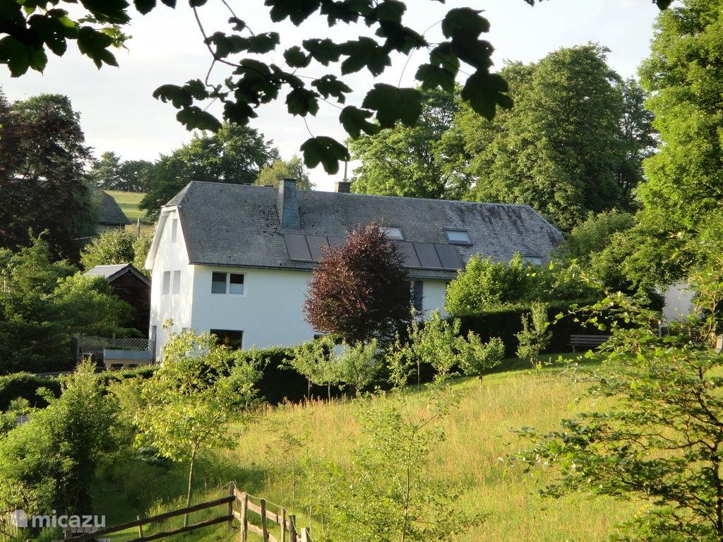 Vanuit het bos. Links onze woning en rechts de Buizerd met er boven de loft.
