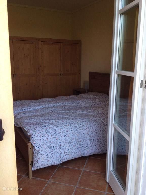 2-persoonsslaapkamer met openslaande deuren