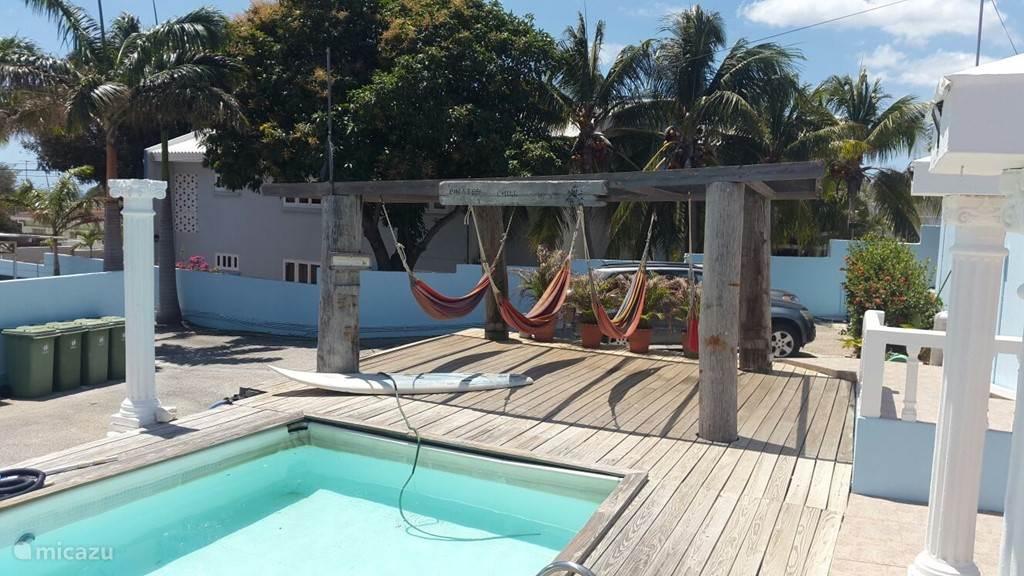 zwembad met de hangmatten om heerlijk te relaxen