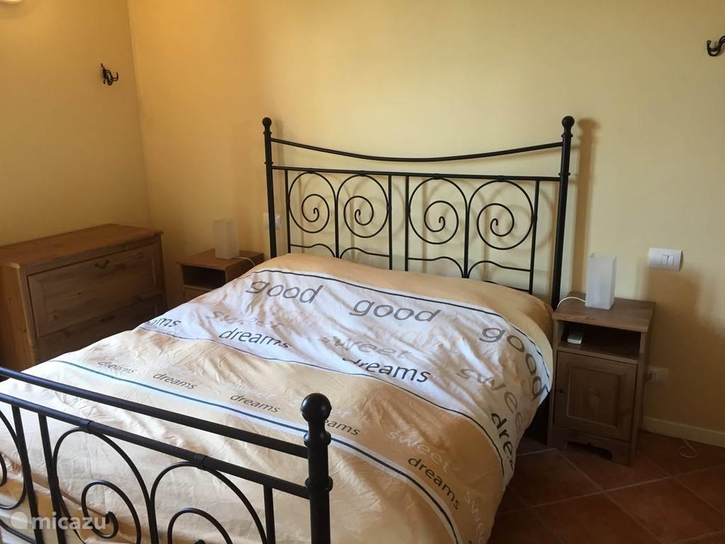 Slaapkamer 1, met 2-persoonsbed en kast.