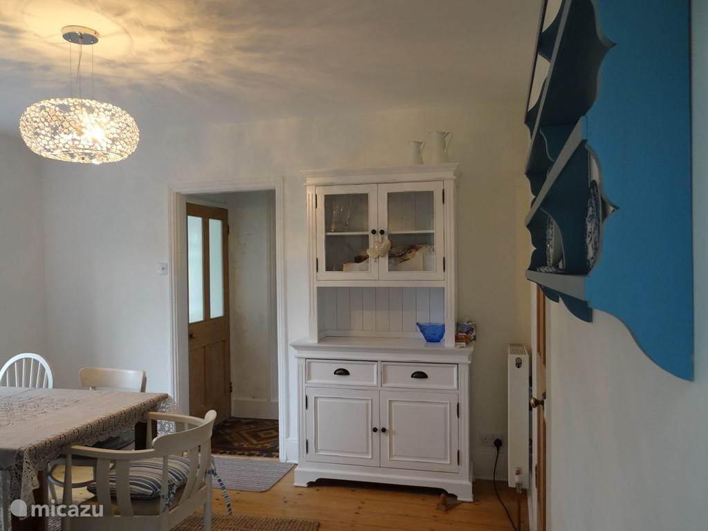 de eetkamer richting de hal en woonkamer