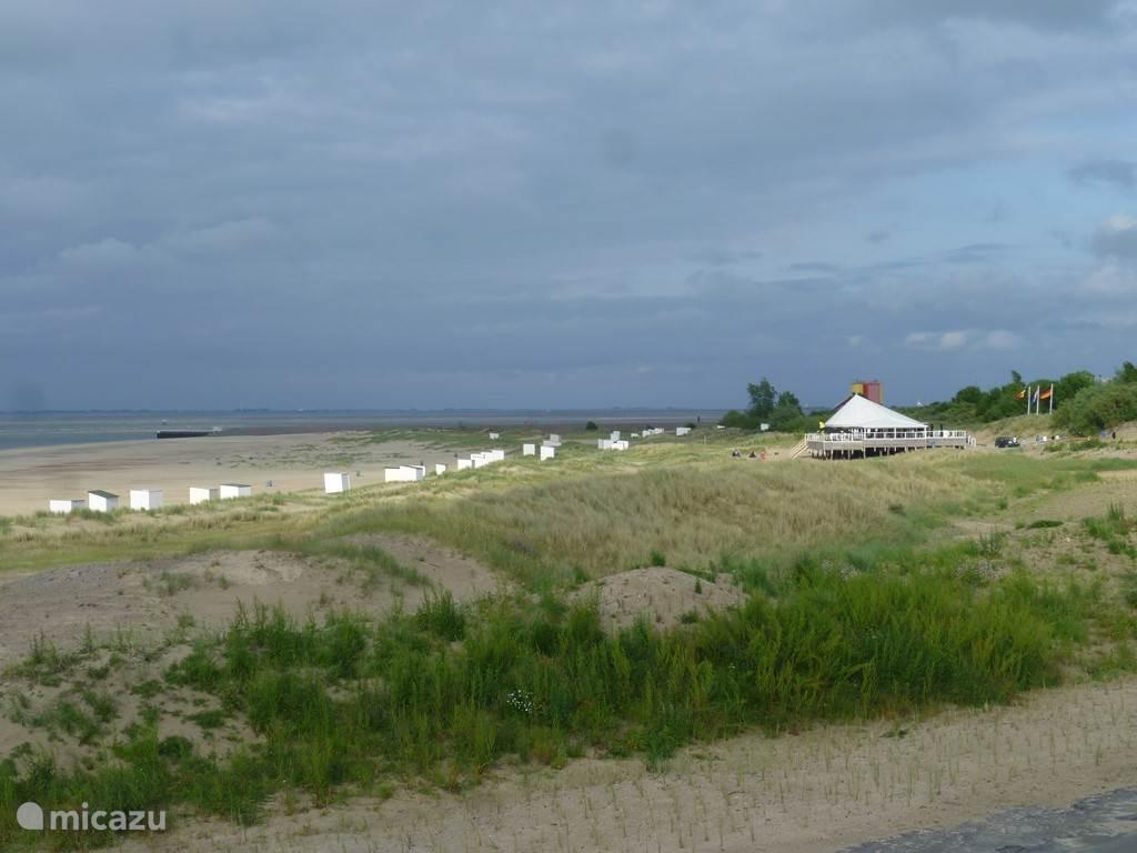 Het strand bijna vanuit de achtertuin, met strandpaviljoen BAZ.
