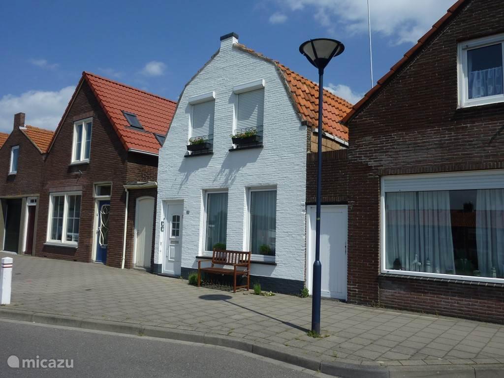 De Strandheuvel staat in een rustige straat achter de duinen.