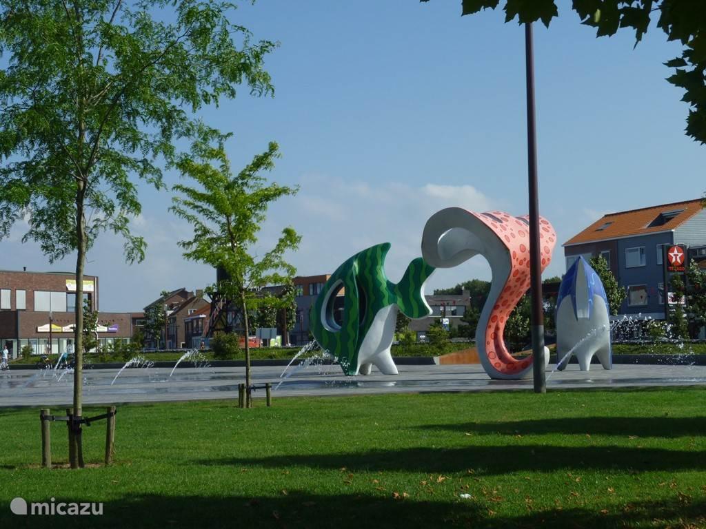 Het plein in Breskens met water-ornamenten.
