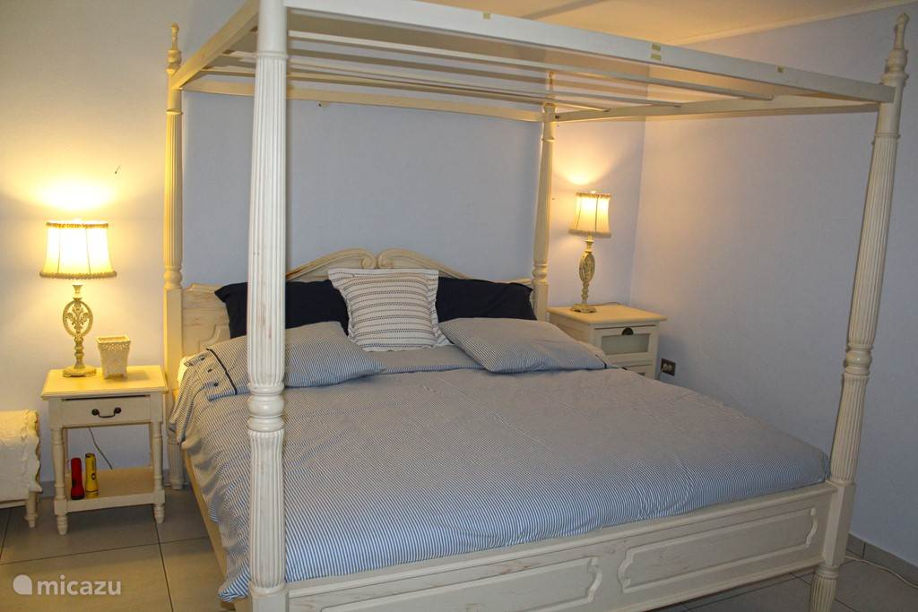 bedroom with king size bed, 195 m