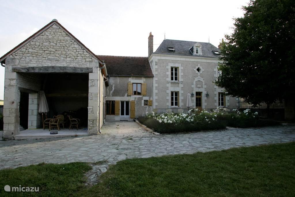 Groot landhuis met zwembad en bijgebouwen