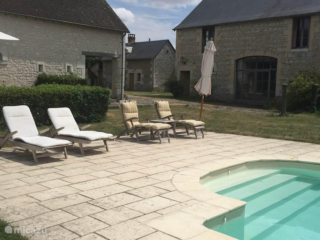terras bij zwembad