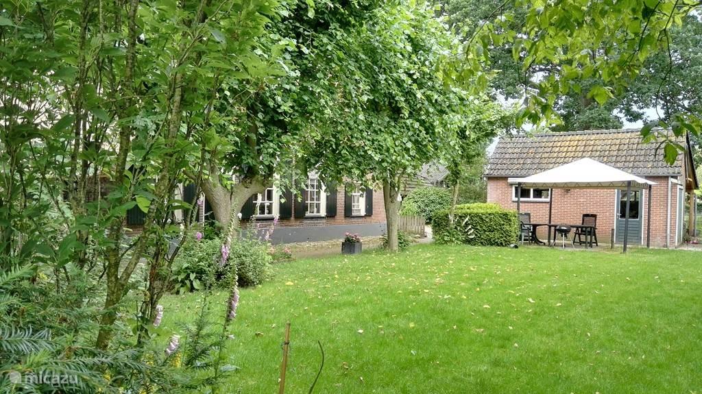 Een ruime tuin met overal plek om te zitten