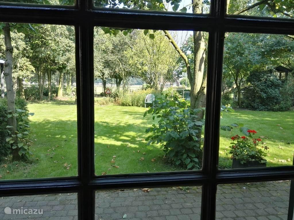 Uitzicht op de tuin vanuit de woonkamer