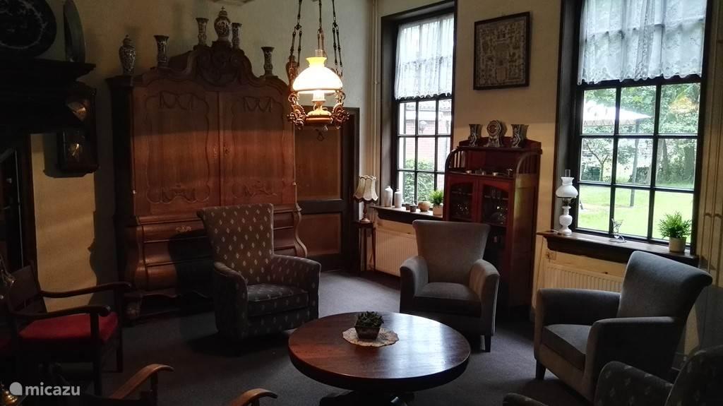De woonkamer met authentieke elementen