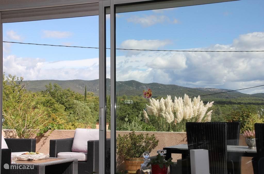 uitzicht vanuit de living en terras voor