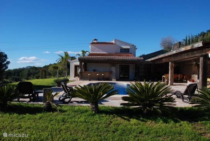 de prachtige villa met groot overdekt terras en het zwembad