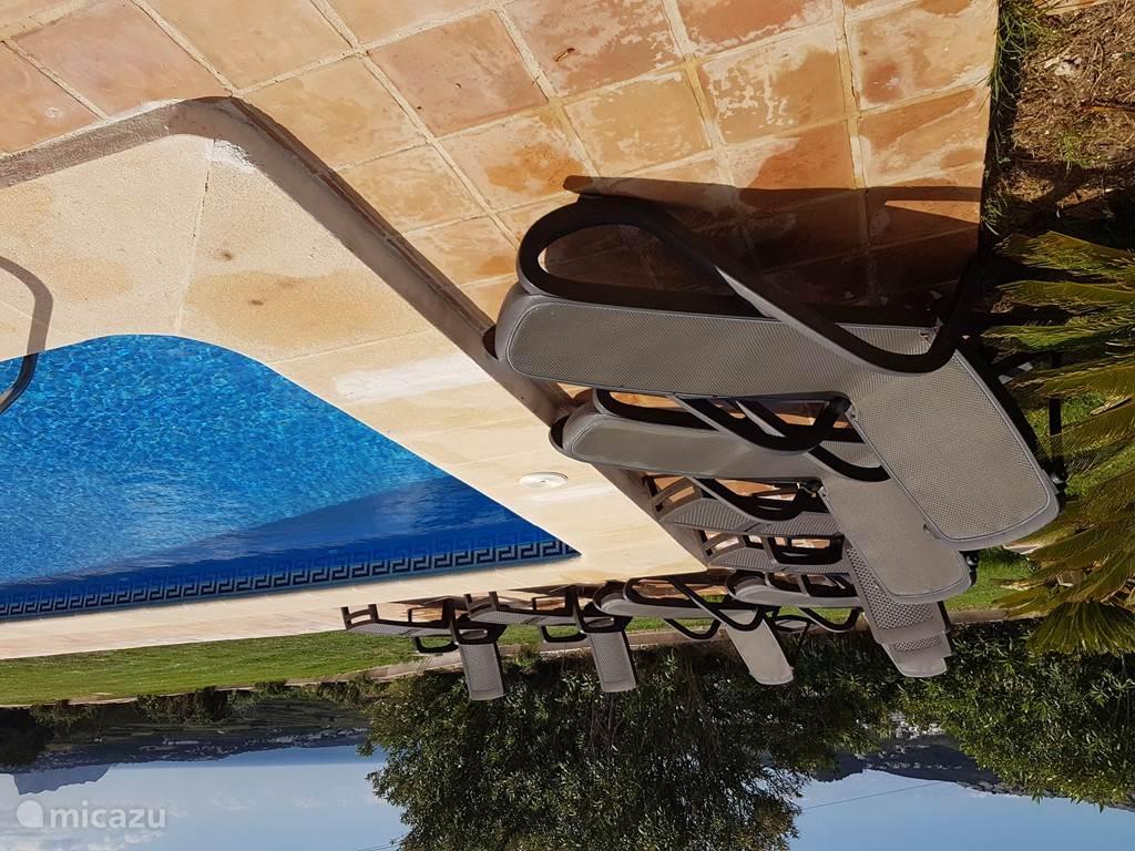 8 ligbedden bij het zwembad