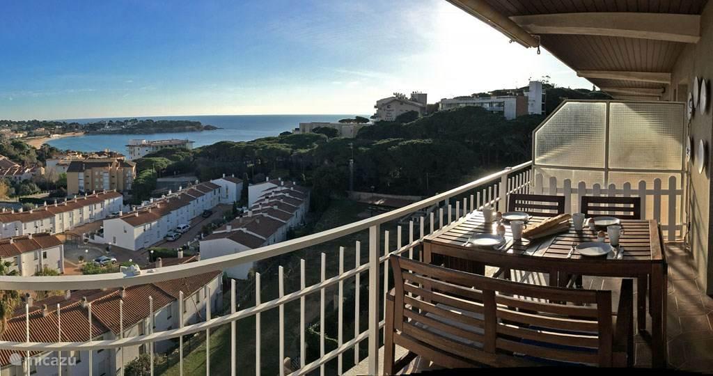 Ons uitzicht vanaf het balkon in de ochtendzon.