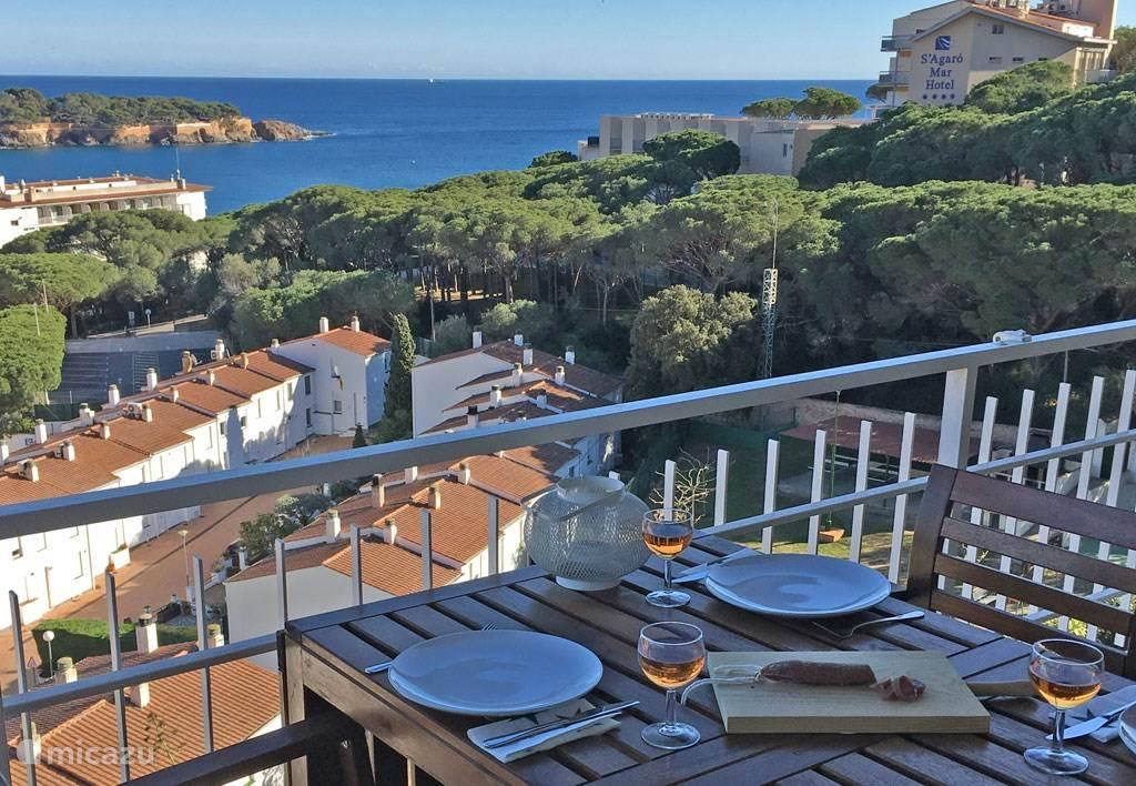Uw uitzicht vanaf ons grote balkon. De zee, het zandstrand en de boulevard met restaurantjes en cafe's zijn minder dan 5 minuten lopen.