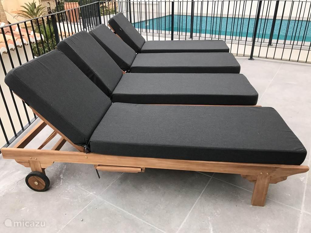 Ruim zonneterras bij zwembad