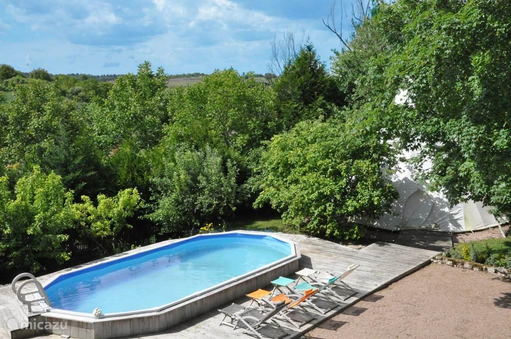 zwembad met de tipi de volledig omheinde tuin (zwembad is verwarmd van mei t.e.m. september)