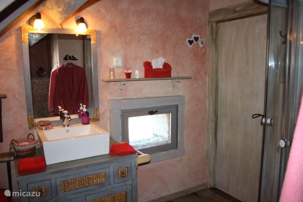 de rode badkamer, elke badkamer heeft zijn eigen kleur, aangepast aan de slaapkamer waar ze bijhoort