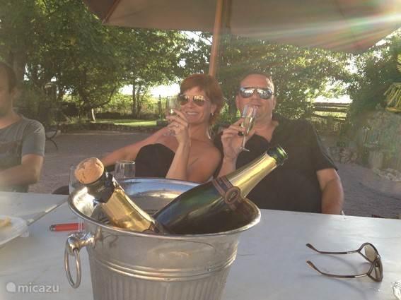 een lekker glas champagne tijdens een ontspannen verblijf