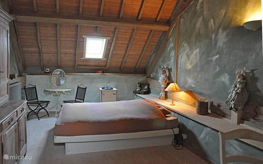 De groen gedecoreerde slaapkamer