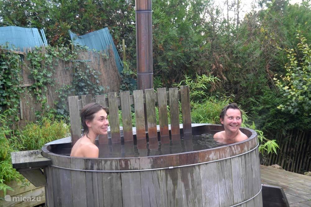 de vele ontspanningsmogelijkheden , zoals de hot tub op deze foto, maken je verblijf extra relaxed !