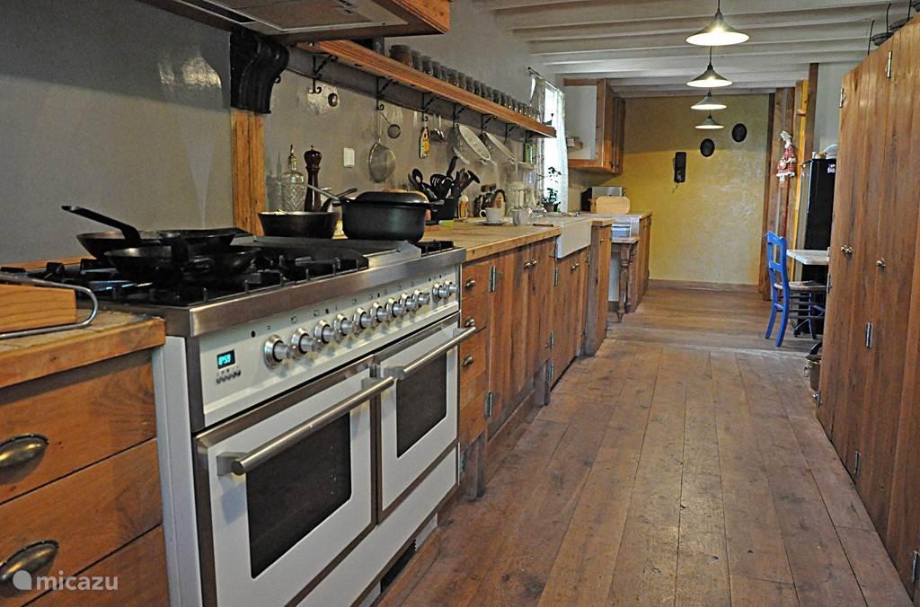 de ruime, gezellige keuken