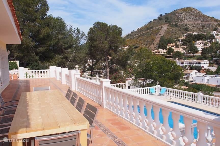 Boven terras woonkamer zwembad