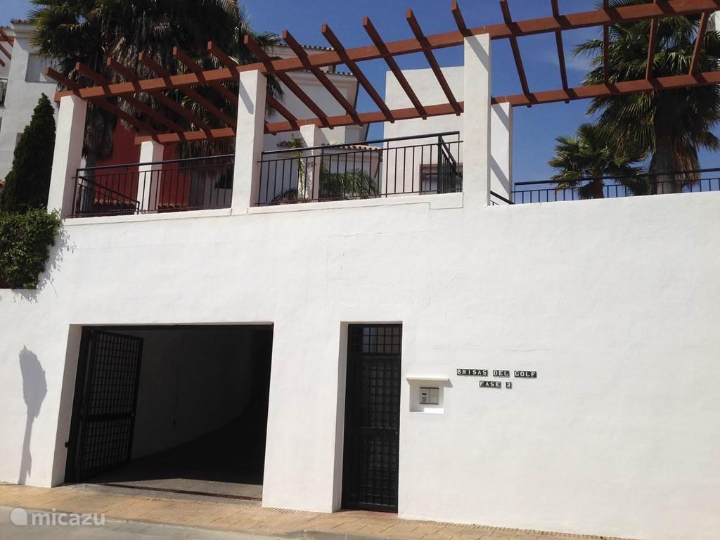 Ingang van Las Brisas del Golf met ondergrondse parkeergarage voor de auto
