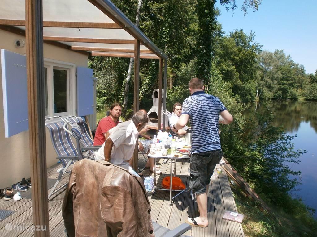 Het ruime terras biedt alle mogelijkheden om heerlijk buiten te eten.