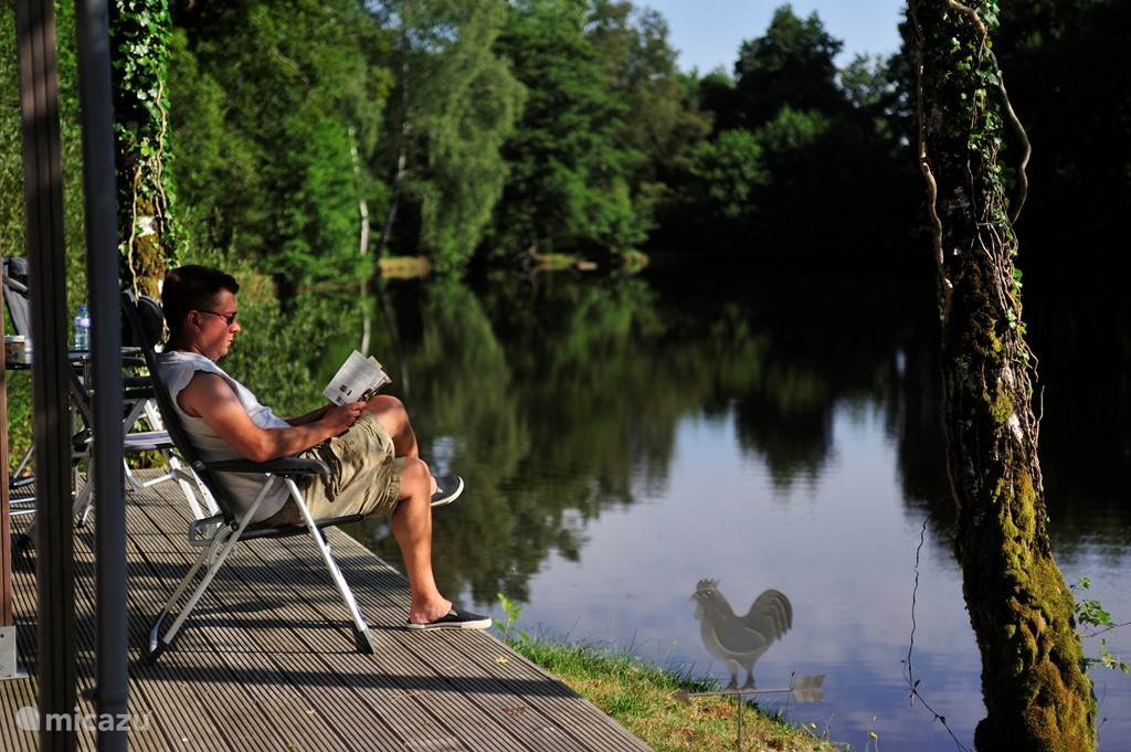 Heerlijk rustig zitten op het terras aan het water