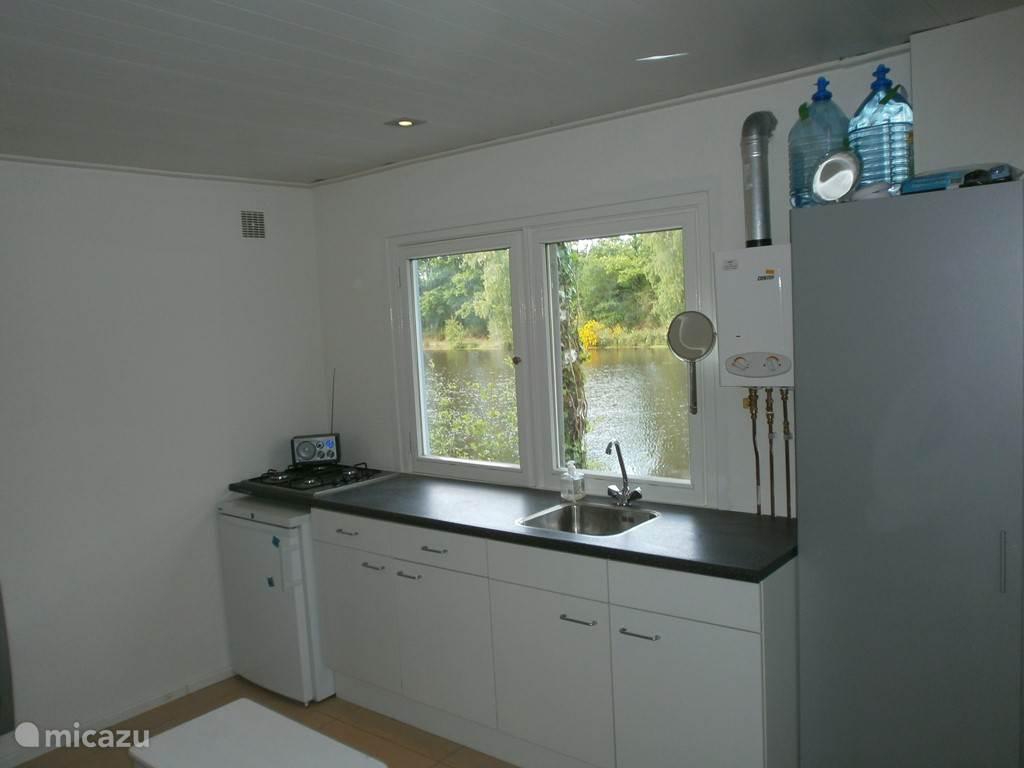 De woonkamer/keuken met uitzicht.