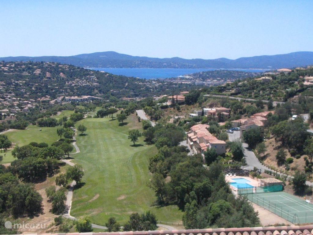 Huis rechts (zwembad, tennisbbaan), Sainte-Maxime en de baai met aan overzijde Saint Tropez !