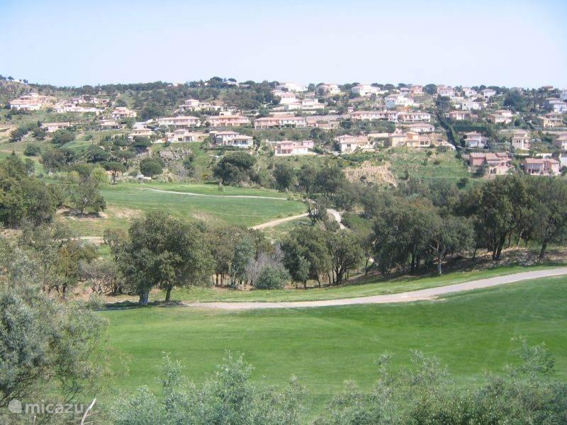 Uitzicht vanaf balkonterras over de golfbaan