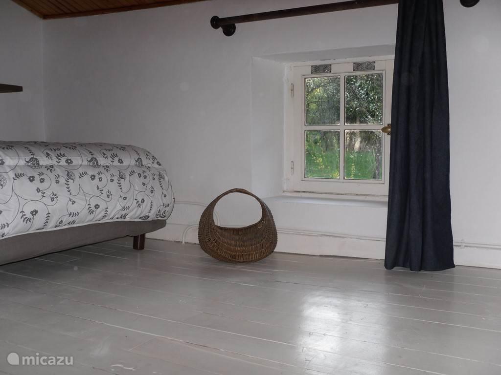 slaapkamer boven met 1 van de 2 bedden in de kamer