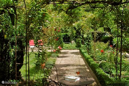 Vacation rentals in burgundy france micazu for Rosary garden designs