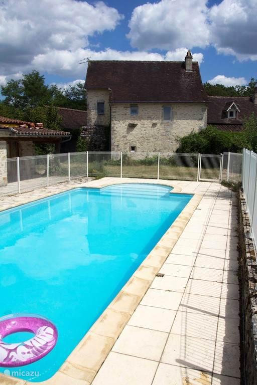 Het heerlijke zwembad ligt naast de vakantiewoning Le Tournesol. De eigenaren hebben hun privé gedeelte aan de andere kant van het grote huis en de gasten van de andere woning hebben een eigen terras, waardoor de privacy geborgd is.